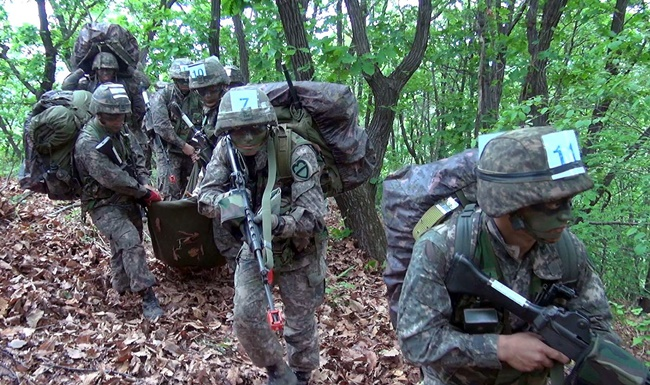 The competition has been presented by the division in order to set an example by showing executive officers undergoing hardship. (image: ROK Army)
