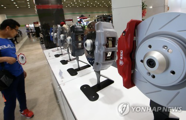 A visitor is looking at auto parts on display at SEOUL Auto Salon 2015 which has opened on July 1st at COEX hall in southern Gangnam, SEOUL. (image courtesy of Yonhap)