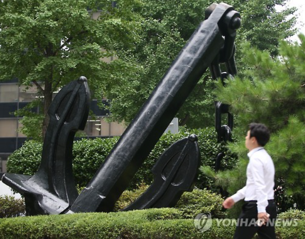 Daewoo Shipbuilding & Marine Engineering Co., the world's No. 2 shipbuilder, suffered a net loss of 2.39 trillion won in the April-June period. (image: A formative art embodying a giant anchor installed in front of the headquarters of Daewoo Shipbuilding & Marine Engineering Co./image courtesy of Yonhap)