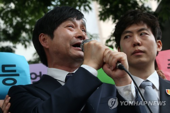 Kim Chokwangsu, a gay activist and filmmaker who also tied the knot with a male partner Kim Seung-hwan (right in the photo), is pleading for recognition of same-sex marriage in South Korea. (image courtesy of Yonhap)