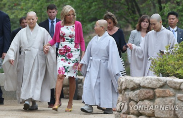 U.S. Second Lady Meets with Female Buddhist Monks in S. Korea