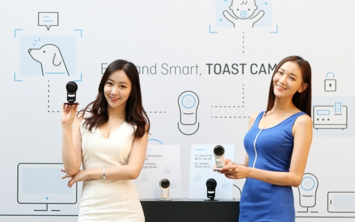NHN Entertainment introduced a cloud-based IP camera called TOAST Cam. With its cloud technology sending images to data centers automatically, it allows users to view previous images recorded over the previous 365 days with enhanced security. (image: NHN Entertainment)