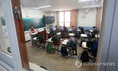 A survey has shown that high school students in Korea sleep less than an average of six hours a day, and stay at school for over 12 hours every day.  (Image : Yonhap)
