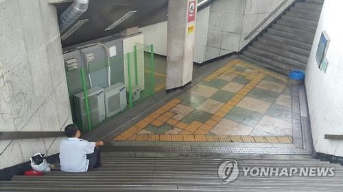 A foreigner who was homeless has met a lonely death. However, neither his nationality nor his identity were able to be verified, making it hard to go through the normal procedures after death. (Image : Yonhap)