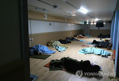 According to Seoul officials, there are 430 homeless people that live near Seoul station, Yeongdeungpo Station and Euljiro 1(il)-ga Station. Among them, 14 are foreigners. Most of them are illegal immigrants. Fearing that they would be forced out of the country, they are reluctant to visit temporary care facilities, where they can get medical treatment. (Image : Yonhap)