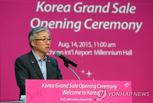 Kim Jong-deok, Minister of Culture, Sports and Tourism, is giving a speech at the opening of the Korea Grand Sale. (Image : Yonhap)