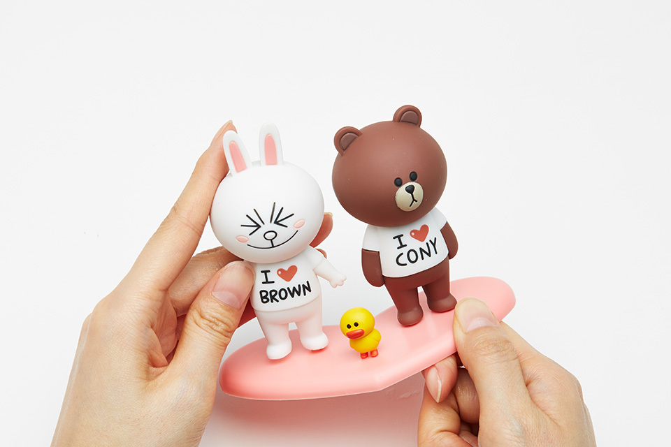 """As the """"Kakao Friends"""" and """"Line Friends"""" emojis raise brand awareness and gain a favorable image from messenger app users, DaumKakao and Naver are actively employing various business strategies to leverage their popularity. (image: Naver)"""