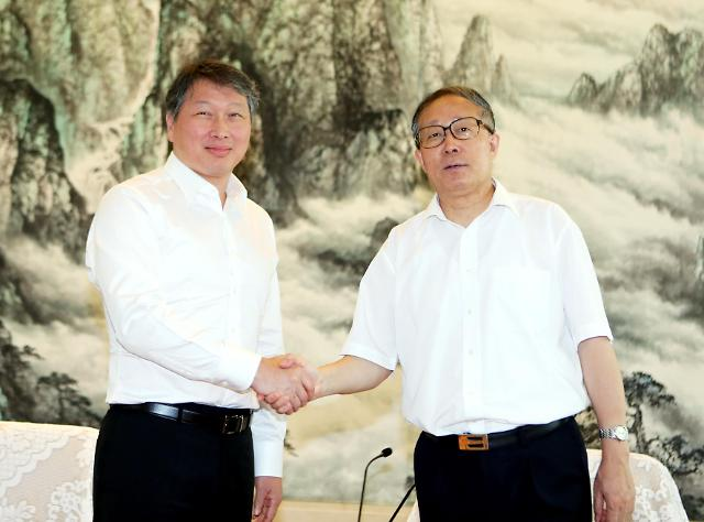 SK Chairman Chey Tae-won is shaking hands with Li Hongzhong, the Party Secretary of Hubei Province in China. (image courtesy of SK Group)