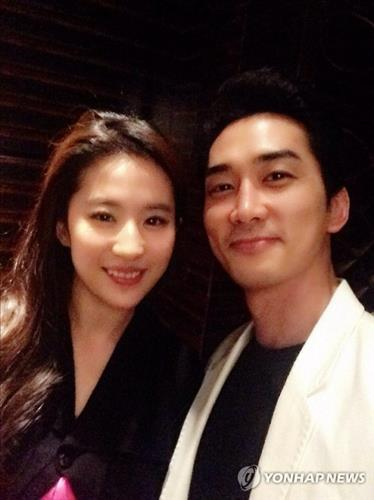 Chinese American actress Liu Yifei (L) confirms her relationship with South Korean actor Song Seung-heon on her social media on Aug. 6, 2015. (image: The Better Ent)