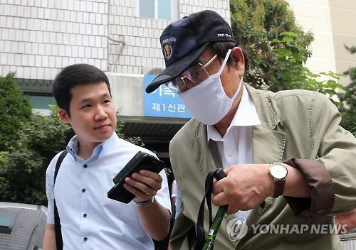 An arrest warrant was issued for a former lawmaker and husband of President Park Geun-hye's cousin, identified only by his surname Yoon (R). Yoon is suspected of receiving bribes from a then suspect who was involved in a corruption case. In the photo, Yoon walks past a reporter after a hearing at the Uijeongbu District Court on Aug. 19, 2015. (image: Yonhap)