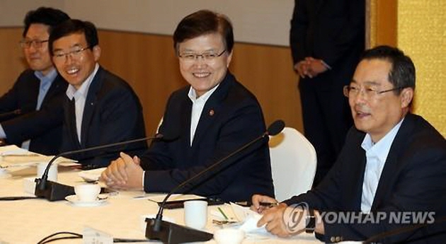 ICT Minister Choi Yang-hee (center) speaks at a meeting held with industry officials on Aug. 28, 2015 in Seoul. (image: Yonhap)