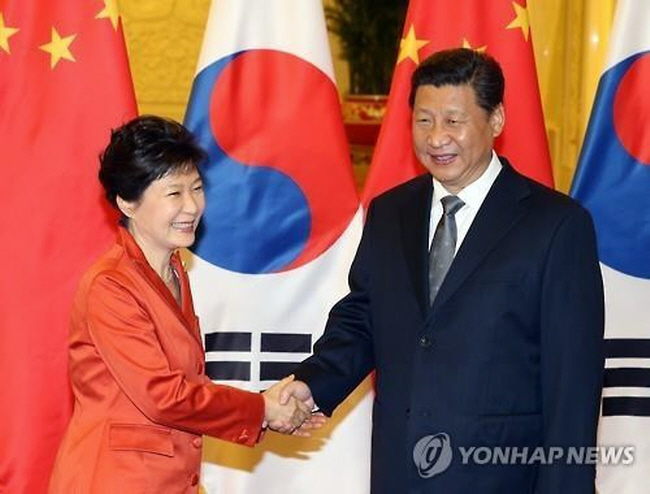 President Park Geun-hye shakes hands with Chinese President Xi Jinping at the Asia Pacific Economic Cooperation summit. (image: Yonhap)