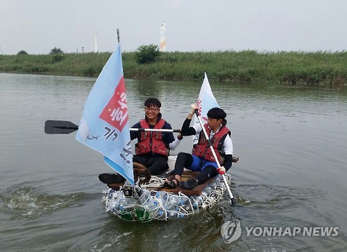 On August 20, the two students departed from the waterfront near Gojan-dong, and arrived at the old Bangameori Quay. They covered a distance of around 20km. It took about six hours. (image: Yonhap)