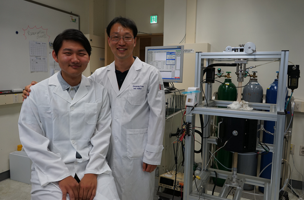 Professor Lee Jae-young(right) and researcher Jang Han-saem succeeded in powering a carbon fuel cell by employing wasted coffee grounds as a fuel. (image: GIST)