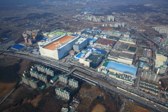 SK hynix completed the new line called M14 at a cost of 2.38 trillion won about one year after ground was broken. The world's No. 2 memory chip maker will invest a total of 15 trillion won in the plant. (image: SK hynix)