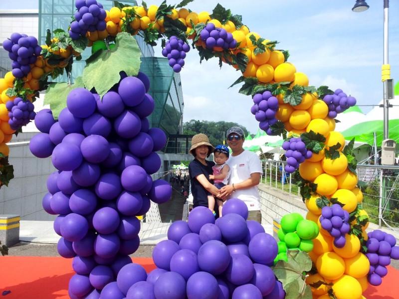 Grape Scent Attracts Visitors to Grape Festival
