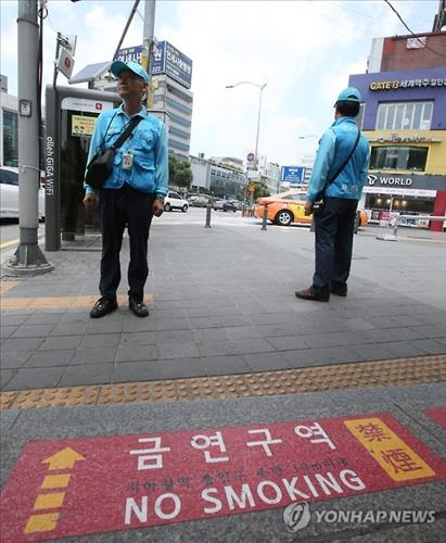 Smoking will be forbidden within 10 meters of subway exits starting in April 2016. (Image : Yonhap)