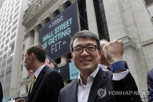Fitbit and CEO James Park. Fitbit is gaining attention for selling more wearable bands than the Apple watch. (Image : Yonhap)