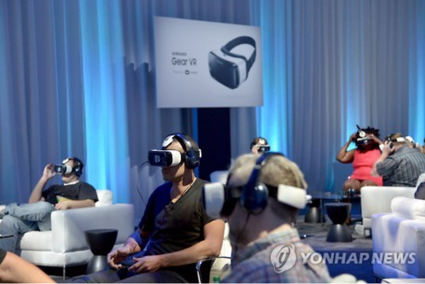 Visitors at Samsung Electronics' held 'Oculus Connect 2' event are toying with Samsung Gear VR. (image courtesy of Samsung Elecs)