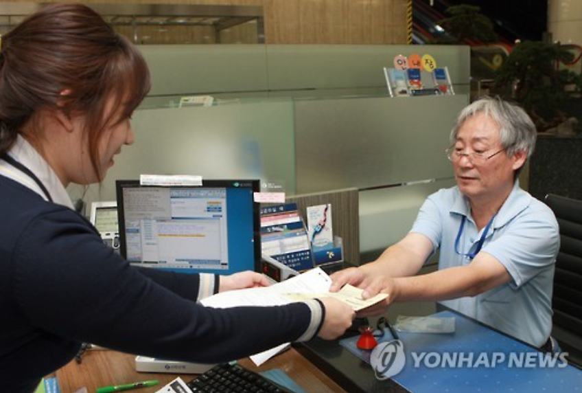 All levels of society are giving their helping hands to this fund. In the picture, Choi Chang-soo, a shoeblack of 33 years, is donating his money by participating the Youth Employment Fund. (Image courtesy of Shinhan Bank)