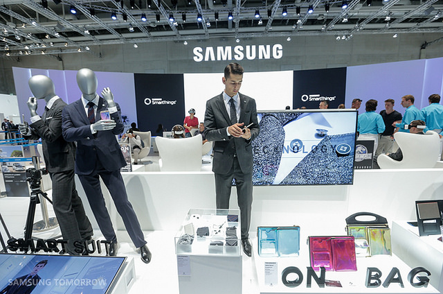 Home electronics companies and telecommunications companies that provide a formless platform are entering the IoT ecosystem, offering to serve as a hub. (image: Samsung Electronics)