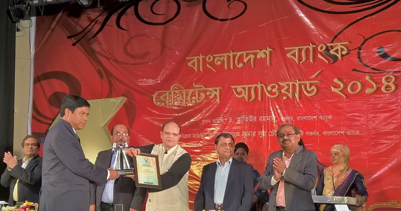Mr. Mohammed Rashid, CFO/Director of Placid Express receiving award from Bangladesh Bank Governor Dr. Atiur Rahman. (image: Placid Express )