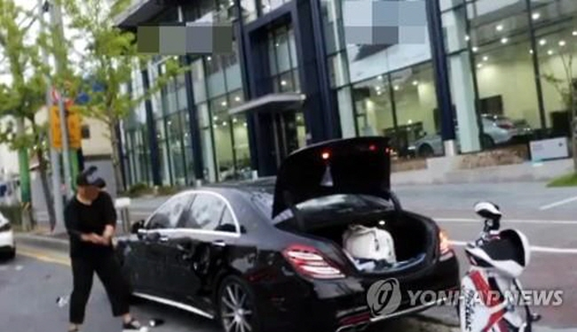 A disgruntled owner of a Mercedes-Benz AMG S63 smashes his car with a golf club in protest in Gwangju on Sept. 11. (image: Yonhap)