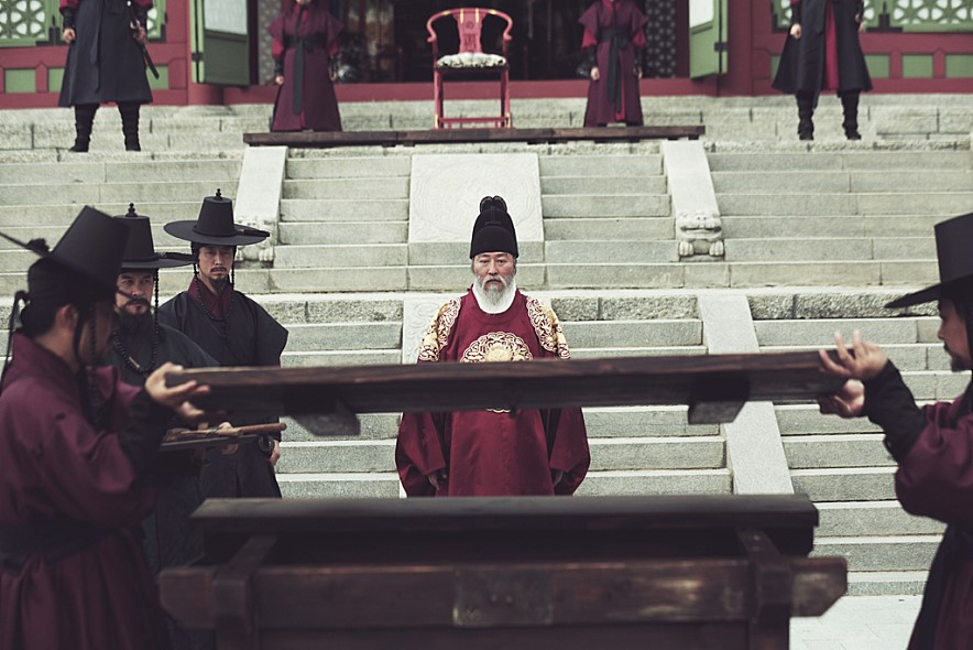 "The story of King Yeongjo, the 21st king of the Joseon Dynasty (1392-1910), was directed by Lee Joon-ik, who crafted period dramas such as ""King and the Clown"" (2005) and ""Once Upon a Time on a Battlefield"" (2003). (image: still cut of the film The Throne)"