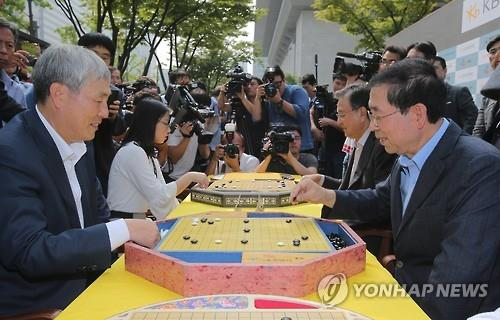 Public figures such as Seoul mayor Park Won-soon and singer Kim Jang-hoon also participated, testing their Baduk skills. (Image : Yonhap)