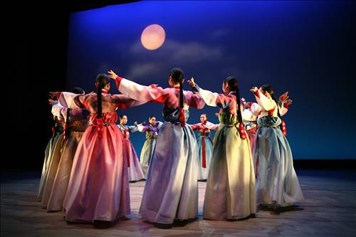 The National Gugak Center is staging a special performance for new moms and dads that can't even dream of enjoying any kind of cultural event because of their babies. (Image : Yonhap)