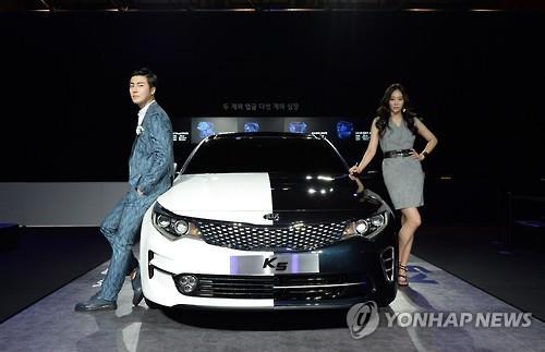 Models pose with Kia Motors' K5 sedan in this file photo taken on July 15, 2015. (Image : Yonhap)