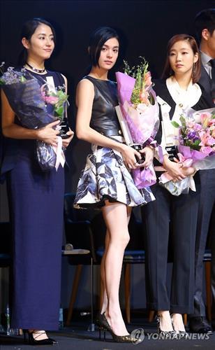 "Actresses Masami Nagasawa of Japan, Sandrine Pinna of Taiwan, Kim Go-eun of South Korea, pose for photos during a ""casting board"" showcase event at the Asian Film Market in Busan on Oct.5, 2015. (Image : Yonhap)"