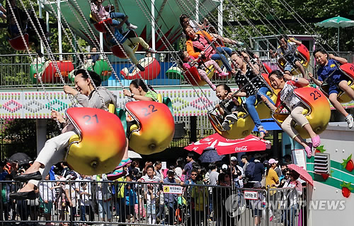 Average daily sales at amusement parks during the Chuseok holiday in 2010 (September 21 to 23) were 6,050,000 won, but during the Chuseok holiday this year, sales almost doubled to 11,740,000 won. (Image : Yonhap)