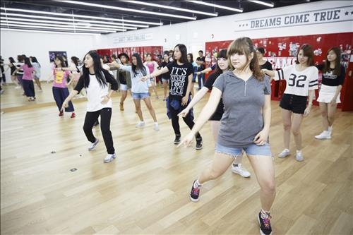 Foreign visitors here will have a chance to learn how to dance just like K-pop idols from professional choreographers. (Image : Yonhap)