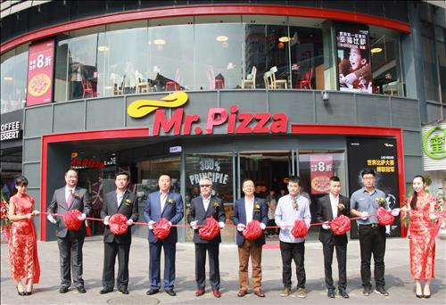 'Mr. Pizza', the restaurant chain operated by  MPK Group, announced that it has opened its 100th store in China at Hangzhou. The company is planning to accelerate its advance into the Chinese market. (Image : Yonhap)