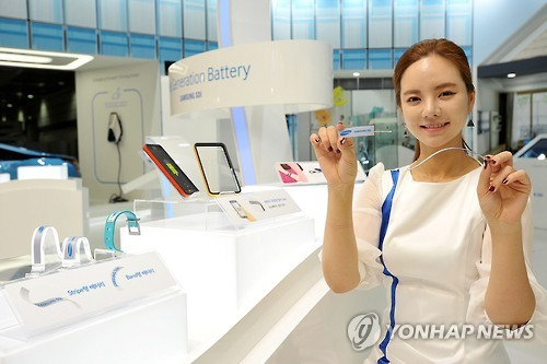 Samsung SDI unveiled two types of flexible batteries - a stripe and band-type -- that are designed to be applied for use in various wearable devices as necklaces and hair bands, the company said. (Image : Yonhap)