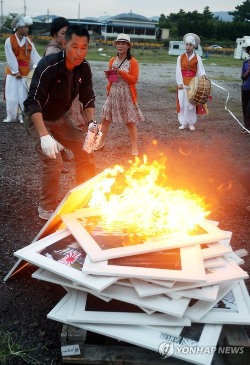 The pieces exhibited were paraded with a Pungmul band (a Korean traditional percussion band) on the last day of the exhibition. The whole exhibition was closed with a performance that burned the pictures that were exhibited. (Image : Yonhap)