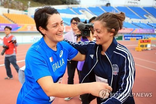 Sergeant Elizabeth Wersil (25) from the U.S. and army corporal Pelegrina Caputo (30) from Italy were the two participants of the shot put games, and both of them have prosthetic legs. (Image : Yonhap)