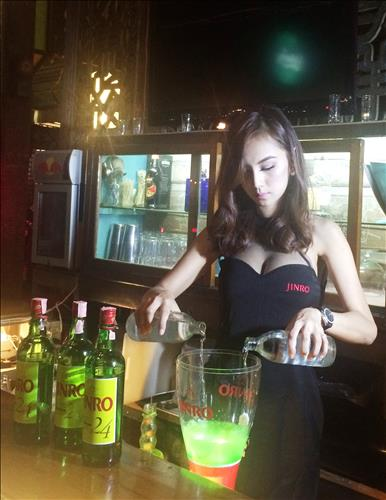Unlike Koreans, who usually drink soju straight with a small shot glass, young people in Thailand who like softer liquor often mix soju with other beverages and drink it in the form of cocktails. (Image : Yonhap)