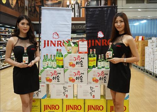 Hitejinro is making inroads in the Southeast Asian market, starting with Thailand, by localizing Korea's most popular drink, 'soju' (distilled rice liquor). (Image : Yonhap)
