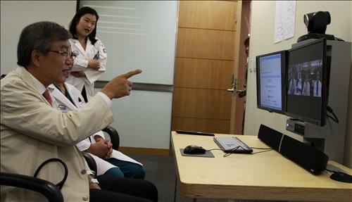 A medical team sent from Korea to Abu Dhabi checked on patients with prostate cancer using Korean diagnosis instruments. At the same time, a medical team at Seoul St. Mary's Hospital monitored the process, observing patients' conditions and predicting a prognosis. (Image : Yonhap)