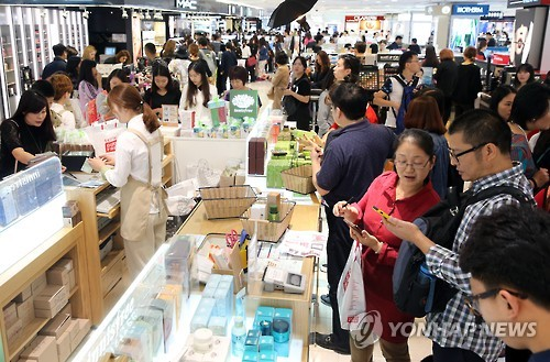 Chinese tourists shopping at duty free stores. (Image : Yonhap)