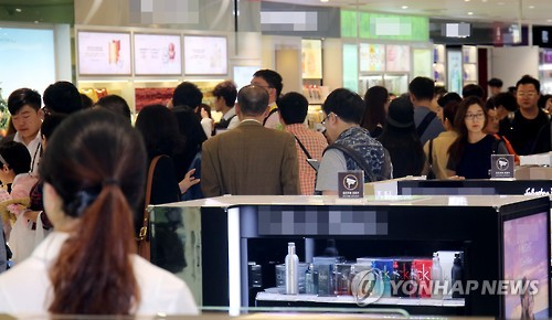 Chinese tourists at the Jeju airport duty free store. (Image : Yonhap)