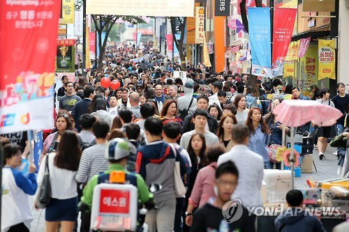 Chinese tourists in Myeong-dong, Seoul. (Image : Yonhap)