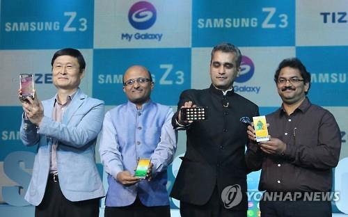 Executives at the Indian corporate body of Samsung are presenting a new product in New Delhi. (Image : Yonhap)