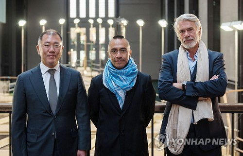Chung Eui-sun, Vice President of Hyundai Motor (left), Artist Abraham Cruzvillegas (middle), Head of Tate Modern, Chris Durkan (right) (Image : Yonhap)