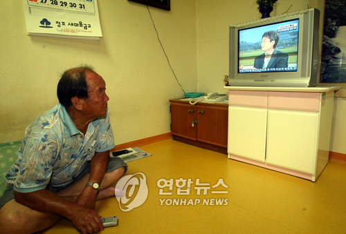 Research has shown that elderly citizens over the age of 60 in Korea spend almost half of their free time watching TV. (Image : Yonhap)