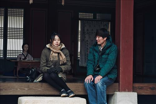 "A scene from Hong Sang-soo's movie ""Right Now, Wrong Then."" (Image : Yonhap)"