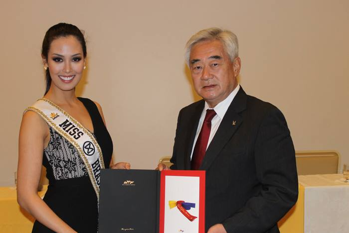 Catharina Choi Nunes (L), the 2015 Miss World Brazil, is appointed the goodwill ambassador of the World Taekwondo Federation (WTF) by its president, Choue Chung-won, on Oct. 13, 2015, at the Brazil Taekwondo Federation headquarters in Rio de Janeiro, Brazil. (image: WTF)