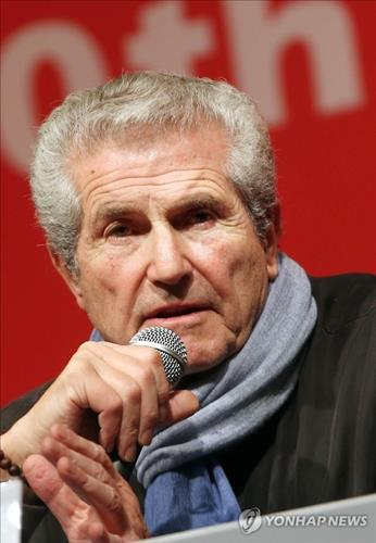 "French director Claude Lelouch talks about his latest film, ""Un plus Une,"" a remake of his 1966 classic, ""A Man and a Woman,"" at the Busan International Film Festival on Oct. 9, 2015. (Image courtesy of Yonhap)"